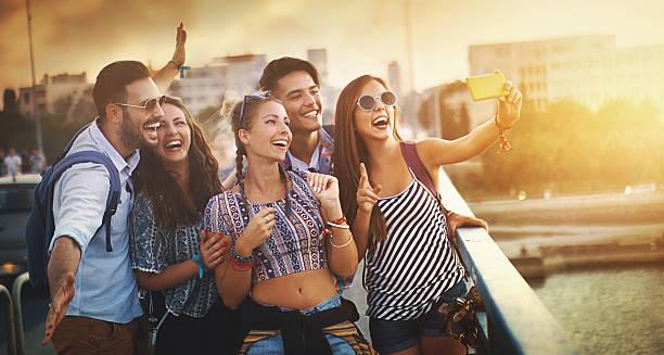 friends taking selfies. - städtetrip stock-fotos und bilder