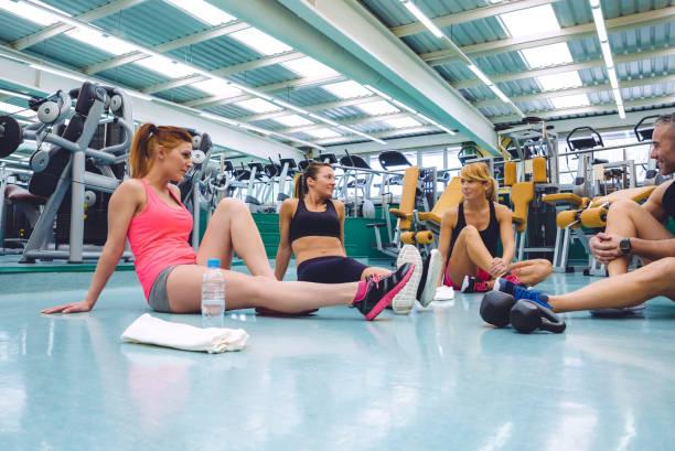 vrienden praten over fitnesscentrum na trainingsdag - call center stockfoto's en -beelden