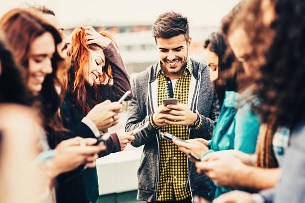 Amigos de mensagens de texto - foto de acervo