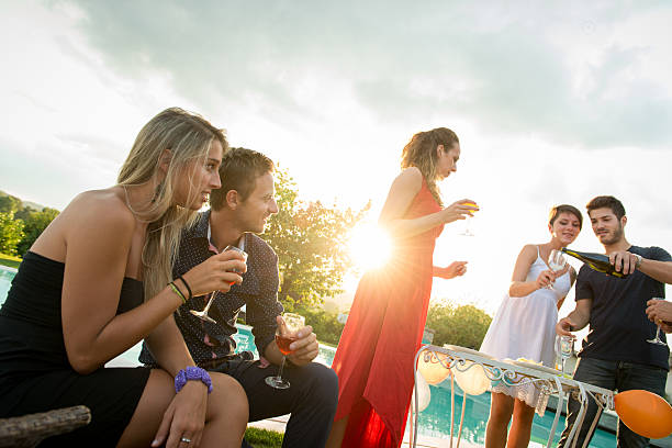 Freunden anstoßen auf party für die happy hour – Foto