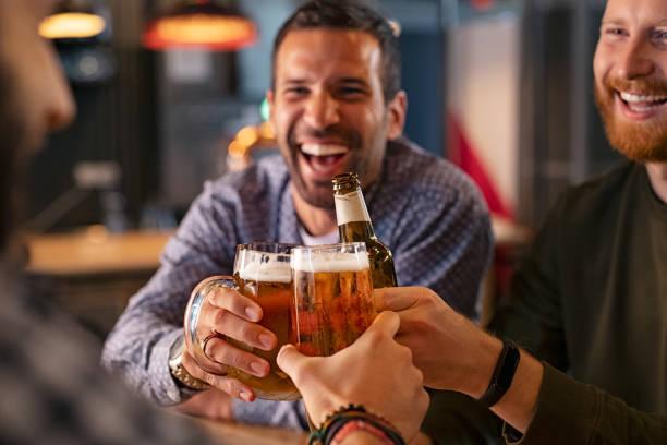 Freunde toasten Bierglas und Flasche – Foto
