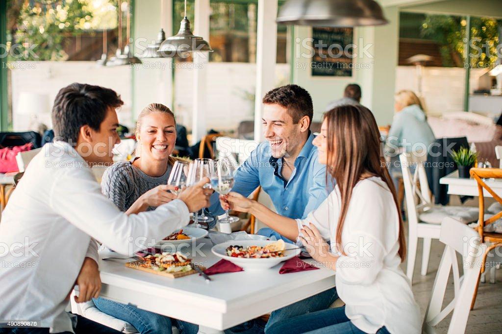 Freunden anstoßen im Restaurant. – Foto