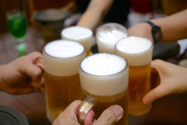 朋友們在餐廳用啤酒敬酒圖像檔