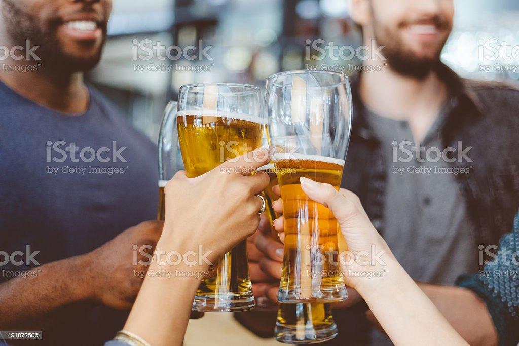 Freunden anstoßen mit Bier im pub – Foto