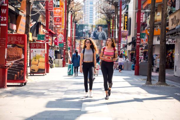 freunde im ausland reisen nach asien - besuch in taipei in taiwan - insel taiwan stock-fotos und bilder