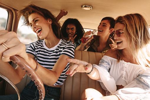 Amigos Viajando En Coche Y Divertirse Foto de stock y más banco de imágenes de Adulto