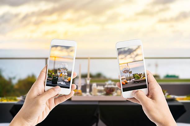 freunde, die mit smartphones fotos von leere gläser - schönen abend bilder stock-fotos und bilder