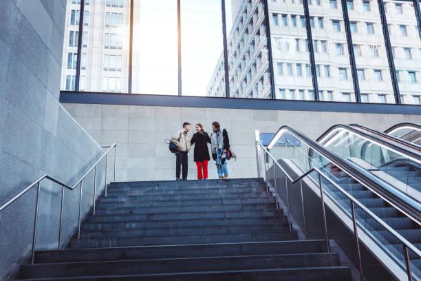 Freunde, die hinunter die Schritte eines Gebäudes – Foto