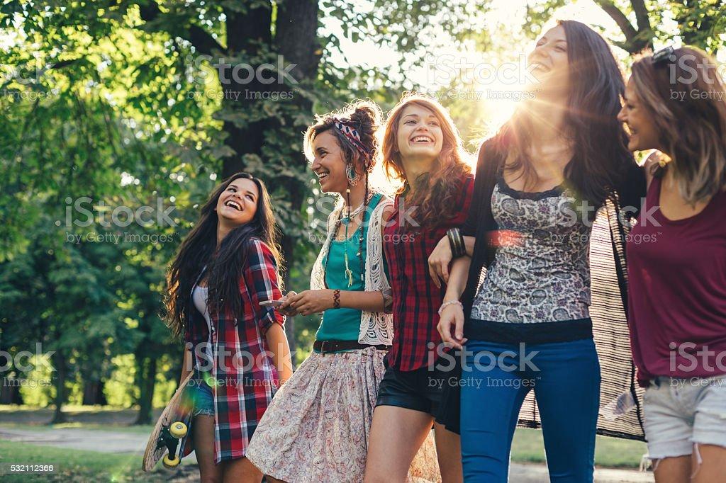 Amis marchant dans le parc - Photo