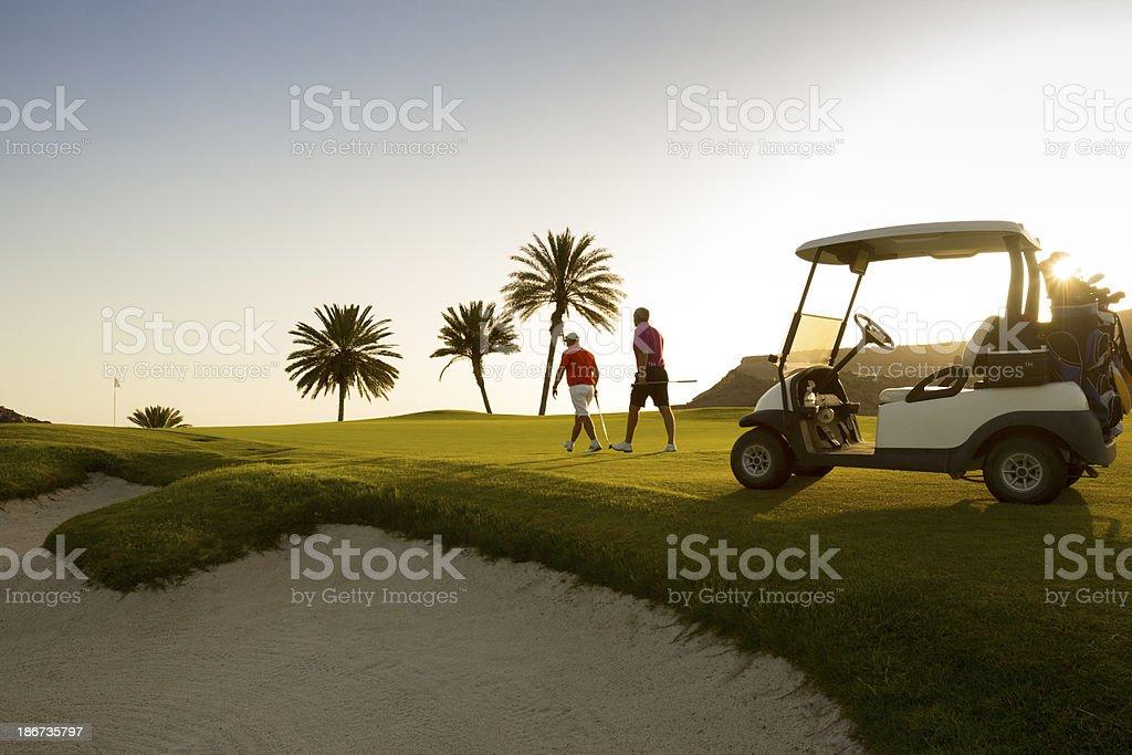 Amis marchant sur le parcours de Golf - Photo