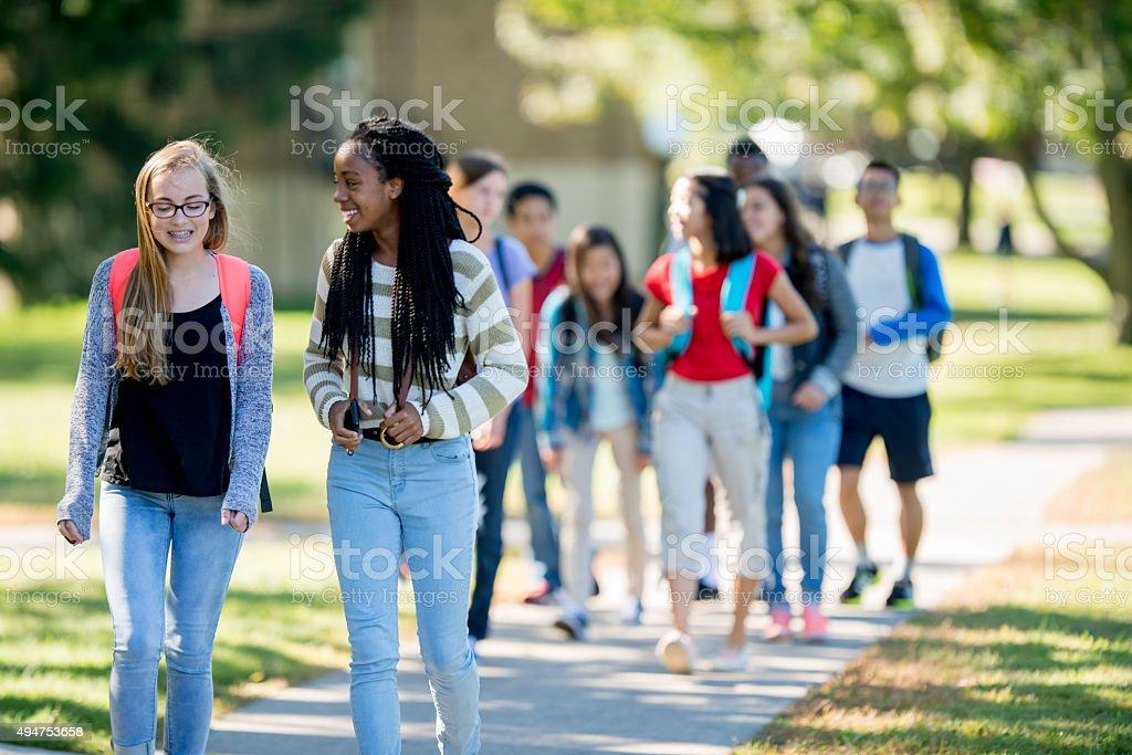 Freunde, die zu Fuß zur Schule – Foto