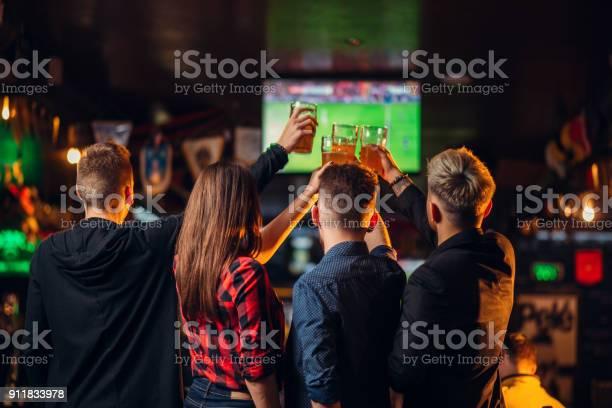 Friends watches football on tv in a sport bar picture id911833978?b=1&k=6&m=911833978&s=612x612&h=9lulcpps88a78n77bv gvevd2fsn u08es7r4q3 yog=