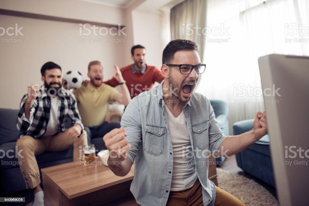 Freunde, die gerade ein Fußballspiel im Fernsehen – Foto