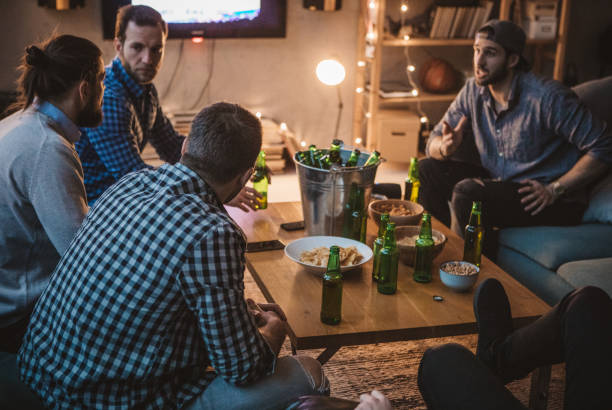 freunde-spiel im fernsehen beobachten - spielabend snacks stock-fotos und bilder