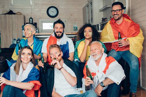 Vrienden Kijken Samen Voetbalspel Stockfoto en meer beelden van Aanmoediging