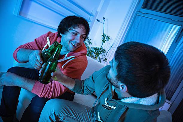 friends watching sports on tv - football friends tv night stockfoto's en -beelden