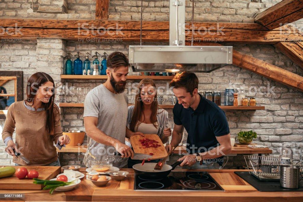 Freunde, die zusammen, Essen bleiben zusammen – Foto