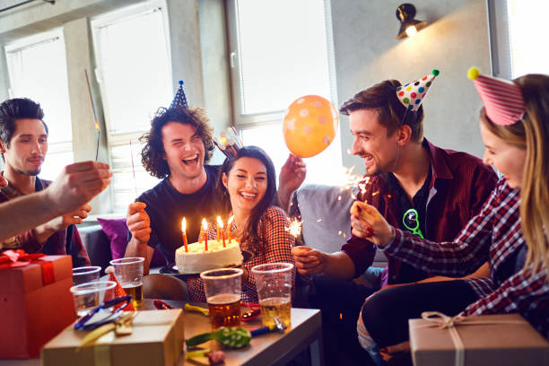 Freunde mit Kuchen mit Kerzen feiert Geburtstag auf einer party – Foto
