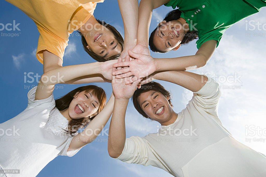 Przyjaciół z rękami razem – zdjęcie