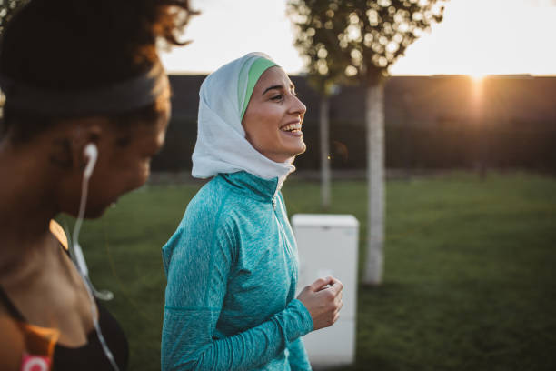 friends working out together - hijab foto e immagini stock
