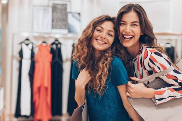 freundschaft und mode - festliche kleider kindermode stock-fotos und bilder