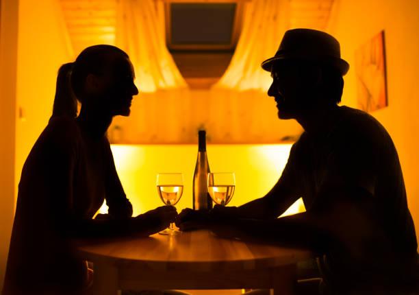 amistad, noche - cena romantica fotografías e imágenes de stock