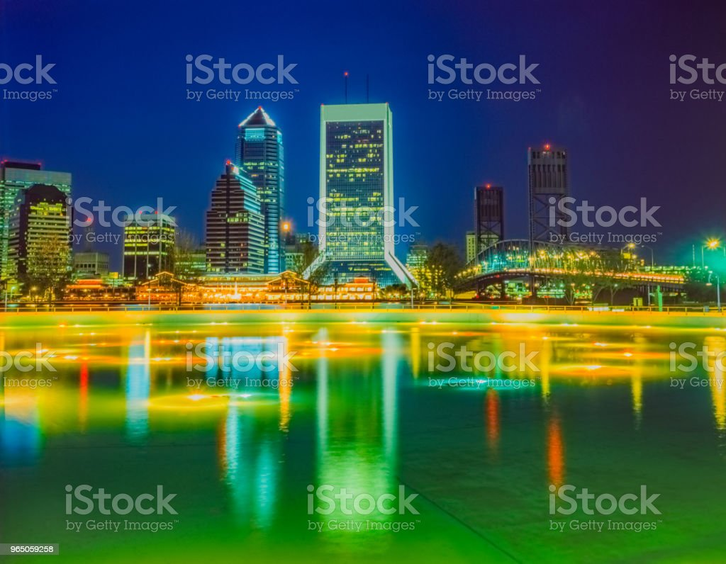 Friendship Fountain with Jacksonville Florida skyline at night (P) zbiór zdjęć royalty-free