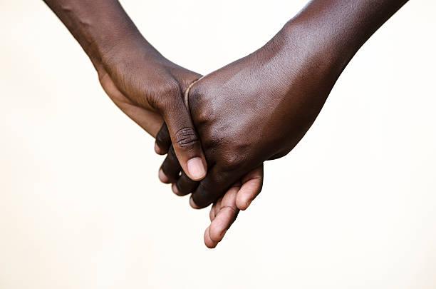 amizade símbolo: black pessoas segurando as mãos juntas - consciencia negra - fotografias e filmes do acervo