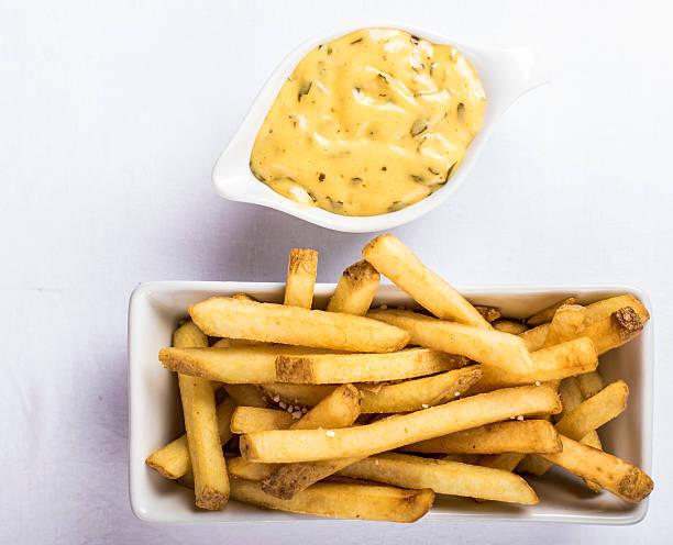 fries and bearnaise sauce - sauce bernaise stock-fotos und bilder