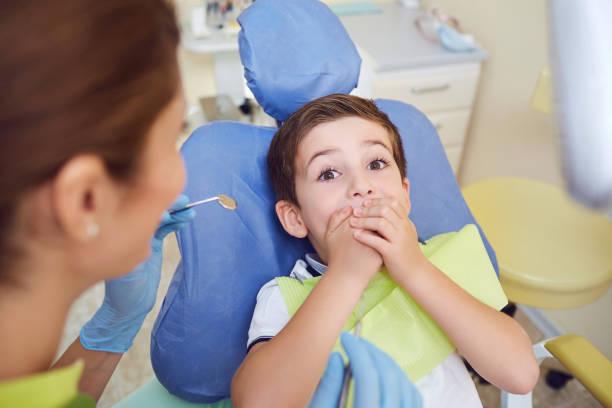 Verängstigtes Kind Junge in Zahnklinik. – Foto