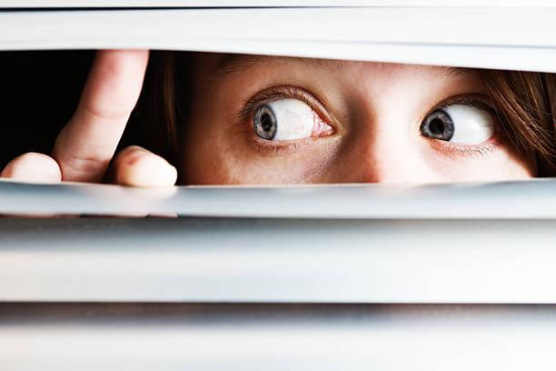 peur femme est à côté à lattes de stores - indiscret photos et images de collection