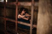 暗い刑務所で若い女性を驚かした