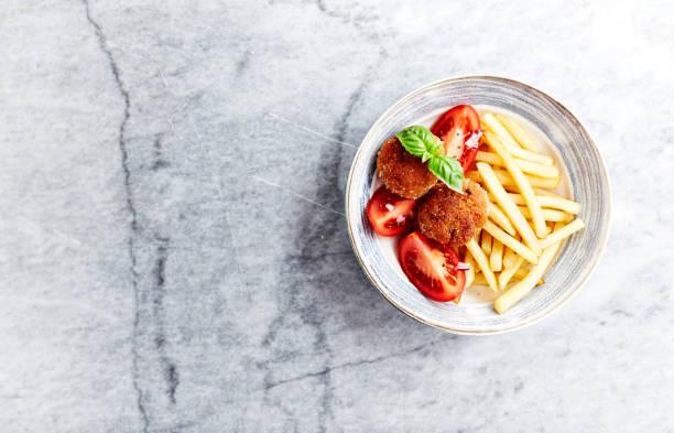 frikadeller mit pommes frites und tomaten - frikadelle stock-fotos und bilder