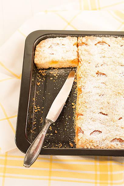 frisch gebackener streuselkuchen - obst kalorien stock-fotos und bilder
