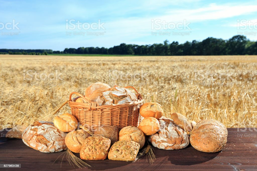 frisch gebackenes Brot und Brötchen stock photo