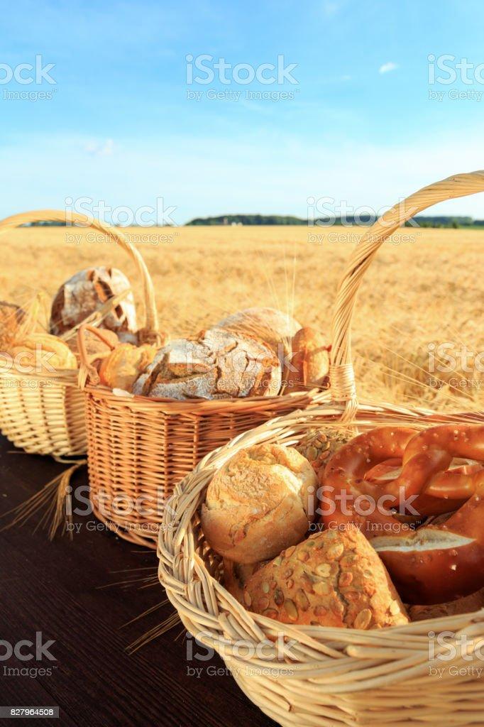 frisch gebackenes Brot und Brötchen frisch gebackenes Brot und Brötchen Baguette Stock Photo