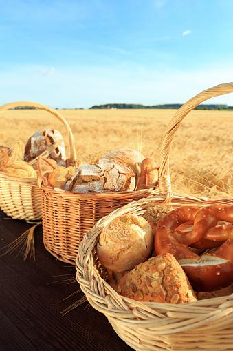 Frisch Gebackenes Brot Und Brötchen Stock Photo - Download Image Now