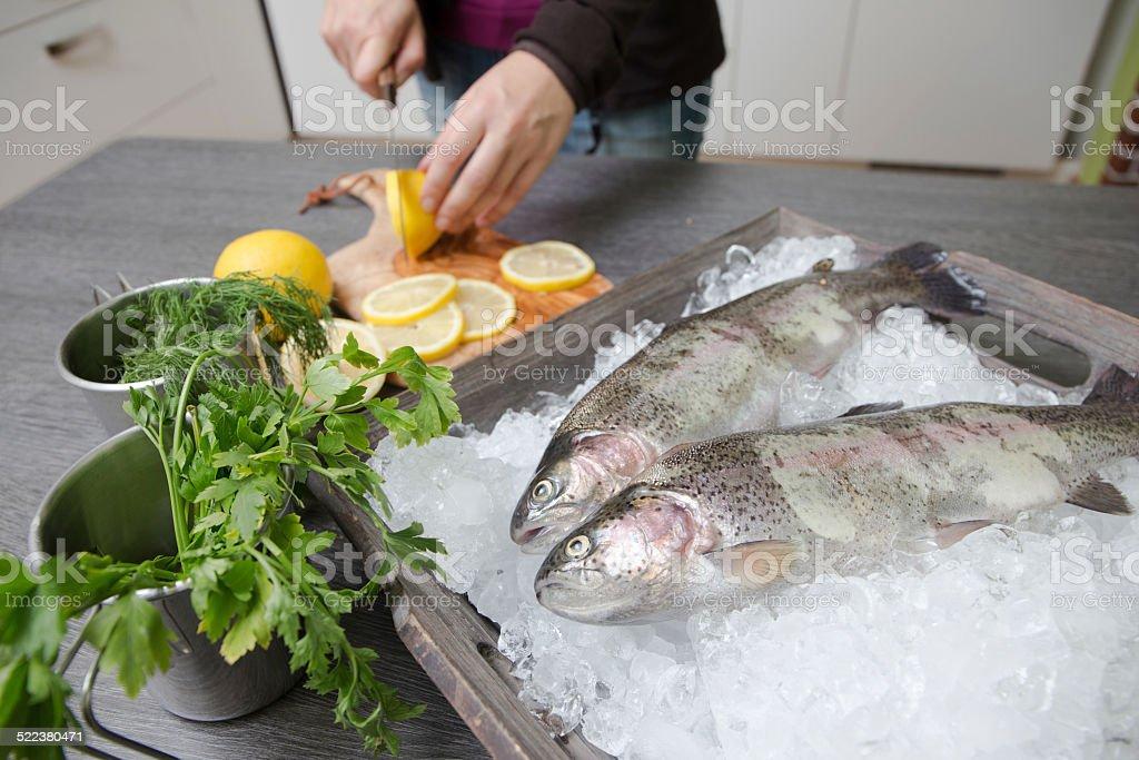 Frische Forelle mit Lemon auf einem Holztablett stock photo