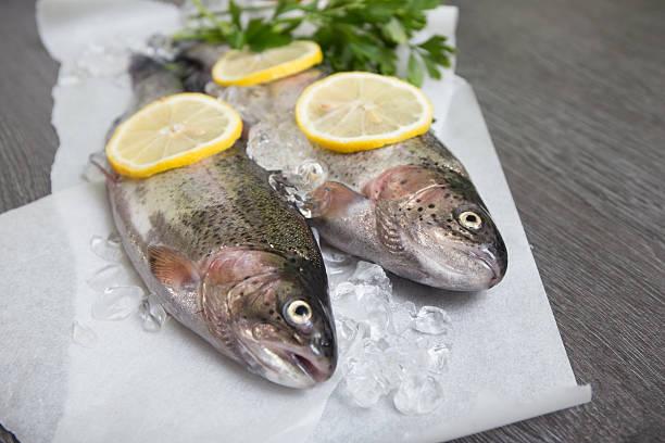 freshwater trout lake mit zitrone auf einem holztablett - birnen rezepte stock-fotos und bilder