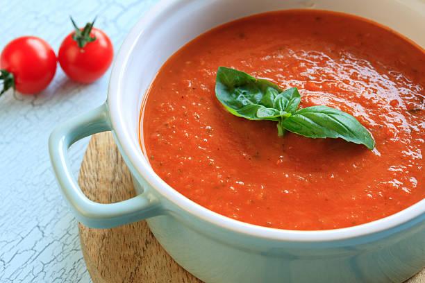 frische tomatensuppe - hausgemachte tomatensuppen stock-fotos und bilder