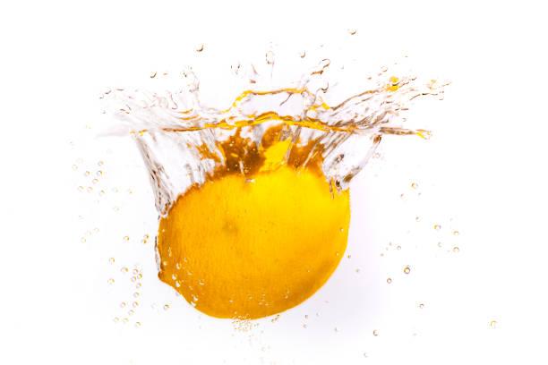 frische zitrone im frischen wasser - wasser stock pictures, royalty-free photos & images