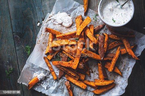 Frites de Patates Douces aux Epices Cajun et Sauce Yaourt et Aneth