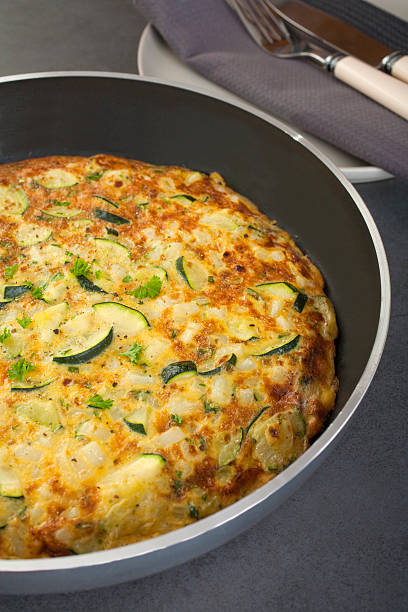 frittata zucchini zucchini und kartoffeln - kartoffel frittata stock-fotos und bilder