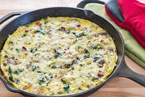 frittata mit brokkoli, speck, spinat und pilzen - kartoffel frittata stock-fotos und bilder