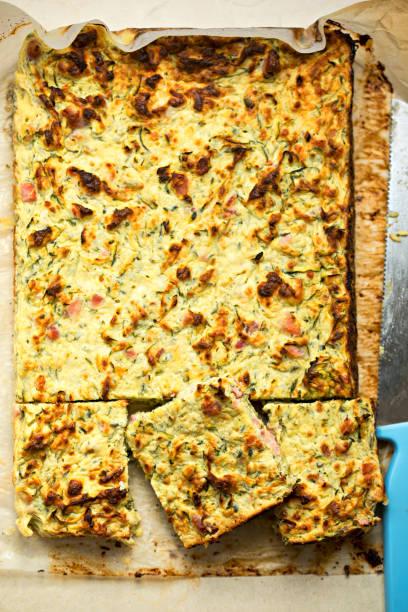frittata mit speck, zucchini, feta - gefüllte zucchini vegetarisch stock-fotos und bilder