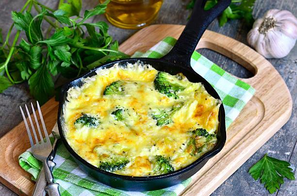 frittata mit kartoffeln und brokkoli. - kartoffel frittata stock-fotos und bilder