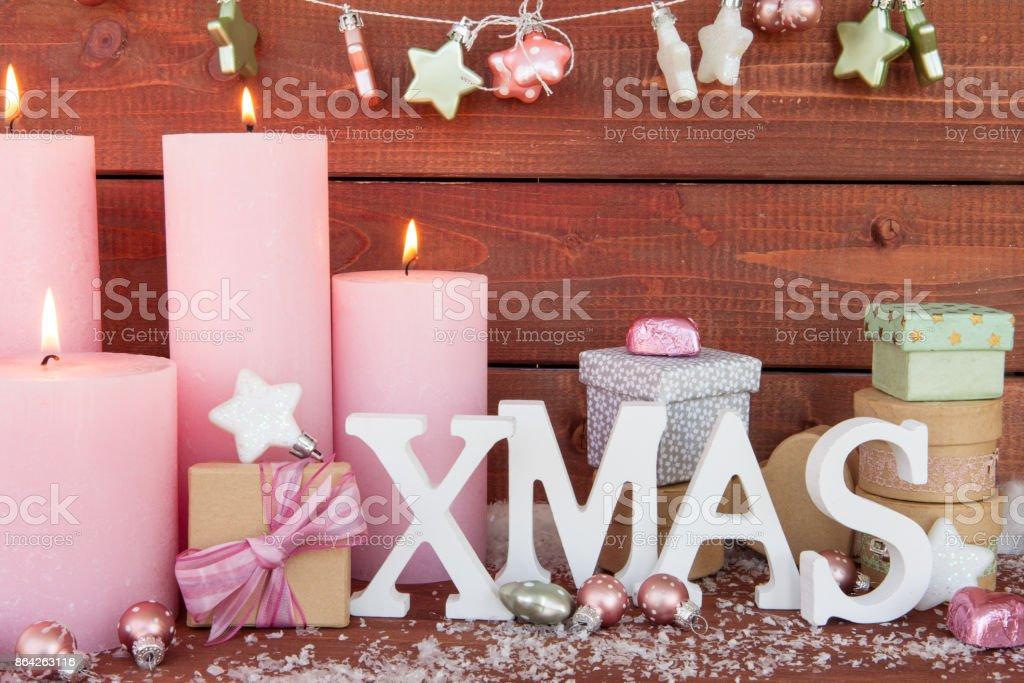 Froehliche Weihnachtsdeko mit Kerzen royalty-free stock photo