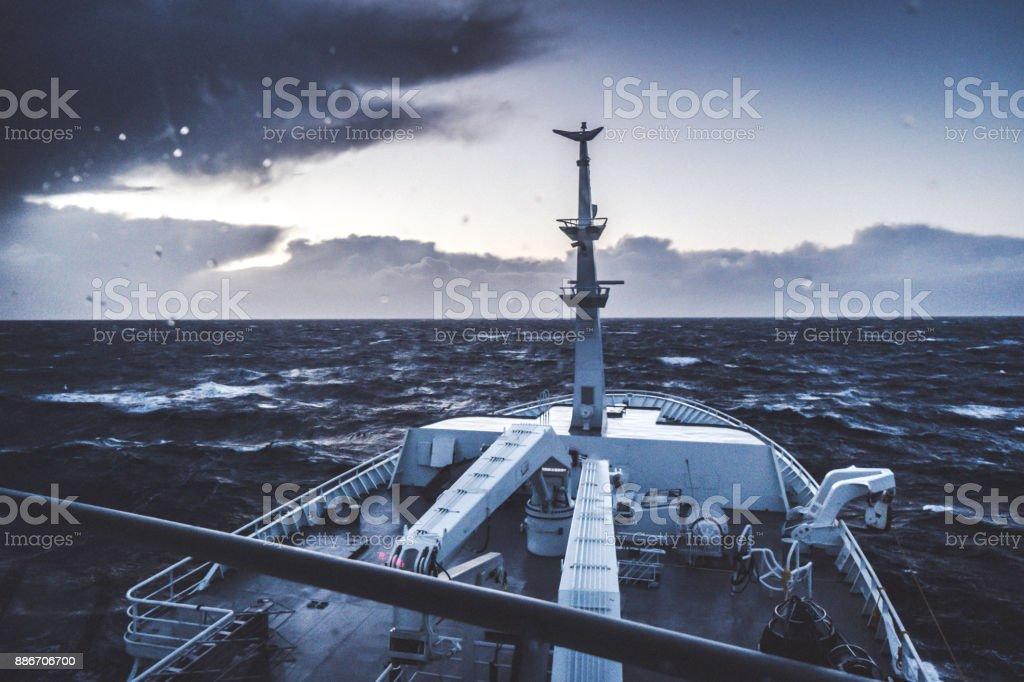 Da ponte de um navio, navegando em um mar agitado - foto de acervo