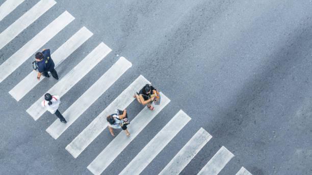人のバイクで街の通りの歩行者の十字路徒歩の平面図からドライブは道、鳥の目のビューを渡します。 - 横断する ストックフォトと画像