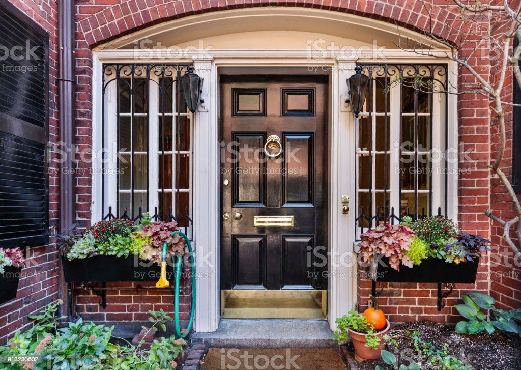 Vorderen schwarzen Tor, Ziegelhaus mit vielen Pflanzen – Foto